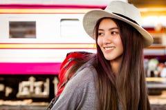 Viagem bonita atrativa do amor da mulher do viajante a diversos países perto apenas A jovem mulher bonita de encantamento pode ve fotografia de stock royalty free