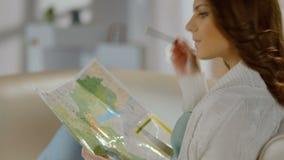 Viagem bonita do planeamento da senhora para o fim de semana, férias, estudando o mapa filme