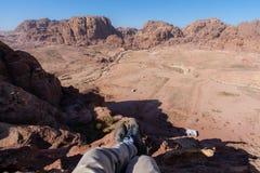 Viagem, caminhando e aventuroso no viajante de Médio Oriente do deserto que aprecia a ideia de ângulo alto da paisagem do deserto imagem de stock