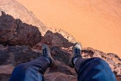 Viagem, caminhando e aventuroso no viajante de M?dio Oriente do deserto que aprecia a ideia de ?ngulo alto da paisagem do deserto imagens de stock