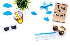 Viagem com conceito da criança Airplan e o carro brincam, cookie do balão de ar, bilhetes airplan Hora de viajar rotulação da mão Imagem de Stock Royalty Free