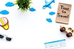 Viagem com conceito da criança Airplan e o carro brincam, cookie do balão de ar, bilhetes airplan Hora de viajar rotulação da mão Imagens de Stock