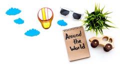 Viagem com conceito da criança Airplan e o carro brincam, cookie do balão de ar Em todo o mundo rotulação da mão no caderno sobre Imagem de Stock Royalty Free