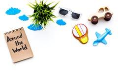 Viagem com conceito da criança Airplan e o carro brincam, cookie do balão de ar Em todo o mundo rotulação da mão no caderno sobre Fotografia de Stock