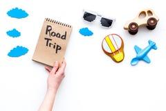 Viagem com conceito da criança Airplan e o carro brincam, cookie do balão de ar Rotulação da mão da viagem por estrada no caderno Imagem de Stock