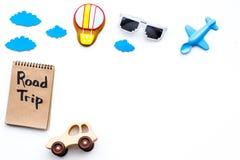 Viagem com conceito da criança Airplan e o carro brincam, cookie do balão de ar Rotulação da mão da viagem por estrada no caderno Fotos de Stock