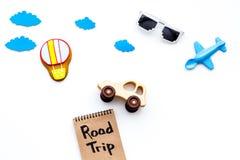 Viagem com conceito da criança Airplan e o carro brincam, cookie do balão de ar Rotulação da mão da viagem por estrada no caderno Fotografia de Stock Royalty Free
