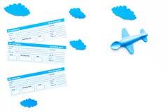 Viagem com conceito da criança Brinquedo de Airplan, bilhetes airplan no espaço branco da cópia da opinião superior do fundo Imagem de Stock