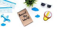 Viagem com conceito da criança Brinquedo de Airplan, cookie do balão de ar, bilhetes airplan Em todo o mundo rotulação da mão den Fotos de Stock