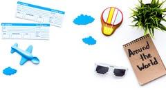 Viagem com conceito da criança Brinquedo de Airplan, cookie do balão de ar, bilhetes airplan Em todo o mundo rotulação da mão den Fotografia de Stock