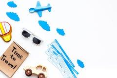 Viagem com conceito da criança Brinquedo de Airplan, cookie do balão de ar, bilhetes airplan Hora de viajar dentro rotulação da m Imagens de Stock Royalty Free