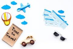 Viagem com conceito da criança Brinquedo de Airplan, cookie do balão de ar, bilhetes airplan Hora de viajar dentro rotulação da m Imagem de Stock Royalty Free
