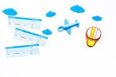 Viagem com conceito da criança Brinquedo de Airplan, cookie do balão de ar, bilhetes airplan no espaço branco da cópia da opinião Imagens de Stock