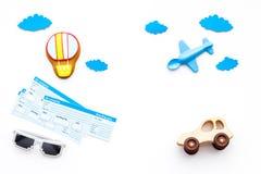Viagem com conceito da criança Brinquedo de Airplan, cookie do balão de ar, bilhetes airplan no espaço branco da cópia da opinião Imagem de Stock Royalty Free