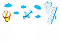 Viagem com conceito da criança Brinquedo de Airplan, cookie do balão de ar, bilhetes airplan no espaço branco da cópia da opinião Imagem de Stock