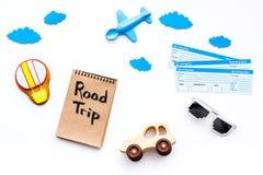Viagem com conceito da criança Brinquedo de Airplan, cookie do balão de ar, bilhetes airplan Rotulação da mão da viagem por estra Imagem de Stock Royalty Free