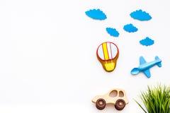 Viagem com conceito da criança Carro e brinquedo airplan, cookie do balão de ar no espaço branco da cópia da opinião superior do  Imagens de Stock Royalty Free
