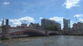 Viagem com um barco turístico em Thames River sob uma ponte na cidade de Londres vídeos de arquivo