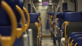 Viagem da cidade do conforto por um trem moderno video estoque