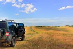 Viagem da família em um carro grande fora de estrada parada nos montes para admirar o cenário bonito Atividades exteriores do ver foto de stock royalty free
