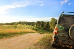 Viagem da família em um carro grande fora de estrada parada nos montes para admirar o cenário bonito Atividades exteriores do ver imagem de stock royalty free