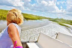 Viagem da mulher do jacaré do airboat dos marismas dos EUA do estado de Florida Imagens de Stock