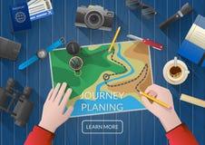 Viagem das férias do planeamento do homem com mapa Vista superior Fotos de Stock Royalty Free