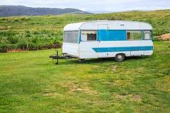 Viagem das férias em família, curso descansadamente na roulotte, férias felizes do feriado no carro de acampamento da caravana Na fotografia de stock royalty free