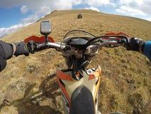 Viagem de Enduro com a bicicleta da sujeira alta nas montanhas Foto de Stock