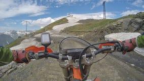 Viagem de Enduro com a bicicleta da sujeira alta nas montanhas Fotos de Stock Royalty Free