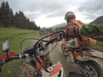 Viagem de Enduro com a bicicleta da sujeira alta nas montanhas Imagens de Stock Royalty Free