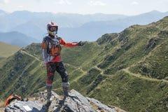 Viagem de Enduro com a bicicleta da sujeira alta nas montanhas Imagens de Stock