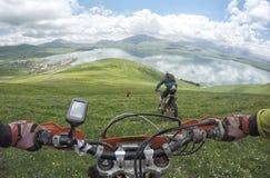 Viagem de Enduro com a bicicleta da sujeira alta nas montanhas Imagem de Stock