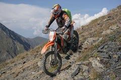 Viagem de Enduro com a bicicleta da sujeira alta nas montanhas Fotos de Stock