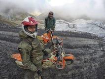 Viagem de Enduro com a bicicleta da sujeira alta nas montanhas Foto de Stock Royalty Free