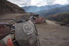 Viagem de Enduro com a bicicleta da sujeira alta nas montanhas Fotografia de Stock
