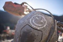 A viagem de Enduro com a bicicleta da sujeira alta nas montanhas sorri Imagem de Stock Royalty Free