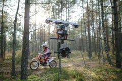 Viagem de Enduro com a bicicleta da sujeira alta no tiro do cablecam das montanhas Imagem de Stock Royalty Free