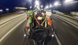 Viagem de Enduro com a bicicleta da sujeira com o carro na estrada Imagens de Stock Royalty Free