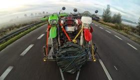 Viagem de Enduro com a bicicleta da sujeira com o carro na estrada Fotos de Stock