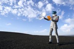 Viagem de negócios do futuro com uma comunicação satélite da tabuleta Imagem de Stock Royalty Free