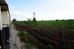 Viagem de trem ao longo do rio Kwai, Kanchanaburi, Tailândia Fotografia de Stock Royalty Free