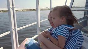 Viagem do barco da mãe e da filha video estoque