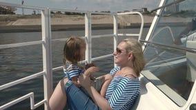 Viagem do barco da mãe e da filha vídeos de arquivo