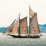 A viagem do barco em um iate com velas Fotografia de Stock Royalty Free
