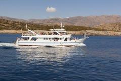 Viagem do barco nas ilhas do mar de adriático foto de stock