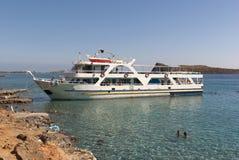 Viagem do barco nas ilhas do mar de adriático imagens de stock