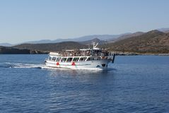Viagem do barco nas ilhas do mar de adriático imagem de stock