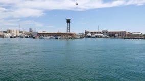 Viagem do barco no porto marítimo, Barcelona Esporte de barco ao longo das docas do navio e do teleférico do vell do porto filme