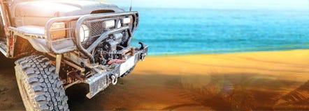 Viagem do caminhão de exército na cena agradável da praia Imagem de Stock